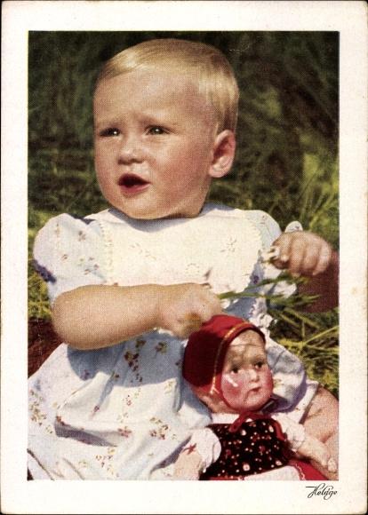 Ak Baby mit einer Puppe auf einer Wiese sitzend