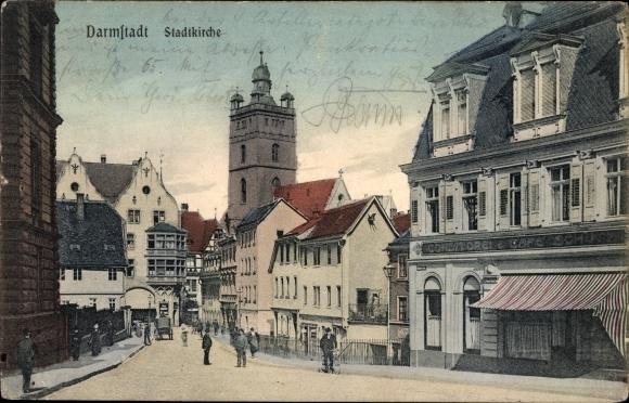 Ak Darmstadt in Hessen, Straßenpartie mit Stadtkirche