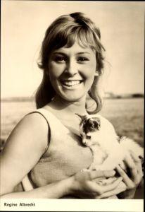 Ak Schauspielerin Regine Albrecht, Portrait mit Kätzchen, Progress Starfoto