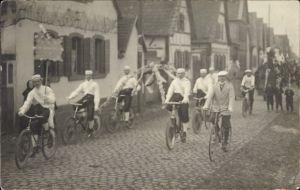 Foto Ak Straßenumzug, Radfahrer, Bäcker, Brezel