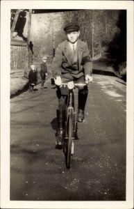 Foto Ak Junger Mann auf einem Fahrrad, Spazierfahrt