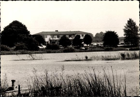 Ak Einfeld Neumünster in Schleswig Holstein, Partie am See mit Blick zum Haus