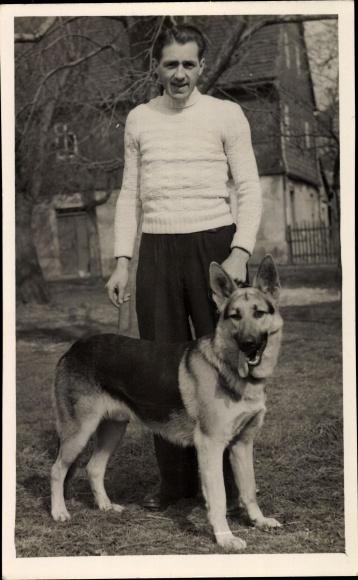 Foto Ak Junger Mann mit einem Schäferhund