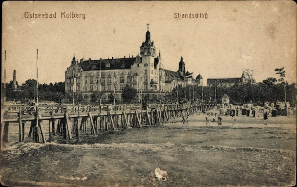 Ak Kołobrzeg Kolberg Pommern, Blick auf Strandschloss und Bücke, Strandpartie, Strandkörbe