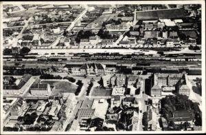 Ak Esbjerg Dänemark, Fliegeraufnahme, Banegaarden, Blick auf den Bahnhof, Teilansicht der Stadt
