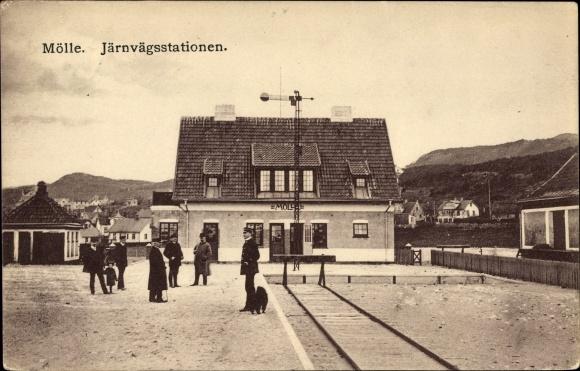 Ak Mölle Schweden, Järnvägsstationen, Bahnhof von der Gleisseite, Schaffner