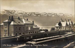 Ak Voss Norwegen, Jernbanestation og Fleischers Hotel, Bahnhof, Personenzug