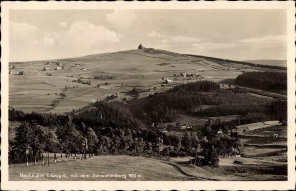 Ak Neuhausen im Kreis Mittelsachsen, Blick zum Ort im Tal, Schwartenberg im Hintergrund