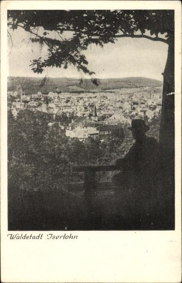 Ak Iserlohn im Märkischen Kreis, Blick auf den Ort, Mann auf einer Parkbank im Vordergrund