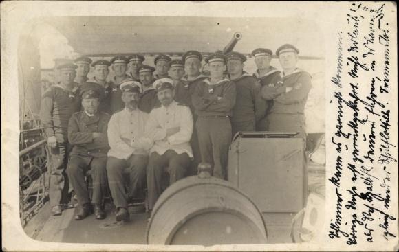 Foto Ak Deutsche Matrosen der Halbflottille, Gruppenportrait an Bord eines Schiffes