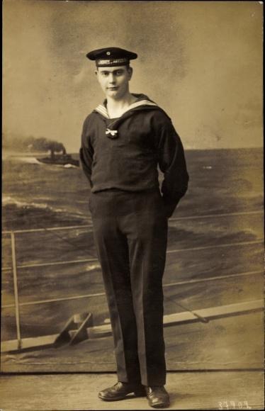 Foto Ak Deutscher Matrose in Uniform, Standportrait, Mützenband 2. Minenabteilung
