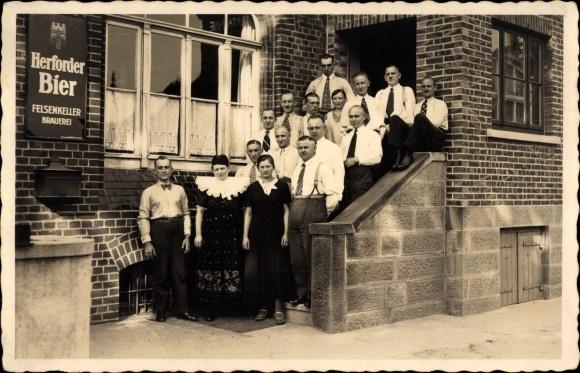 Foto Ak Herford in Nordrhein Westfalen, Gruppenbild, Felsenkeller Brauerei, Herforder Bier