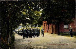 Ak Zeithain in Sachsen, Truppenübungsplatz, Soldaten beim Marschieren