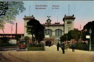 Ak Saarbrücken im Saarland, Blick auf das Bahnhofsgebäude, Straßenseite