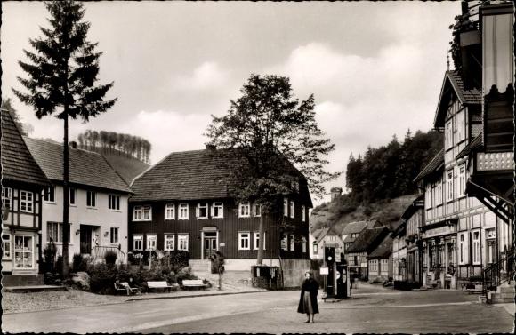 Ak Zorge im Kreis Osterode im Harz, Straßenpartie im Ort, Fachwerkhäuser, Esso Zapfsäule