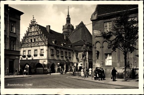 Ak Brandenburg an der Havel, Straßenpartie mit Passanten, Roland, Geschäftshaus