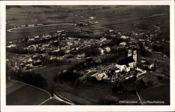 Ak Pfarrkirchen im Rottal Niederbayern, Fliegeraufnahme des Ortes, Kirche, Friedhof, Pferdebahn