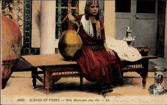 Ak Scenes et Types, Belle Mauresque chez elle, Maghreb, Araberin