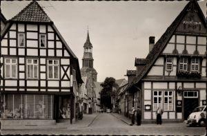 Foto Ak Quakenbrück in Niedersachsen, Straßenpartie mit Blick zur Kirche