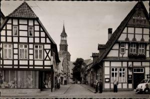 Foto Ak Quakenbrück in Niedersachsen, Straßenpartie mit Blick zur Kirche, Fachwerkhäuser