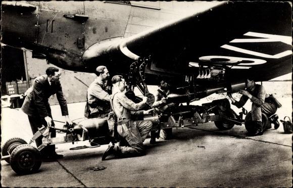 Ak Britisches Militärflugzeug, Unteroffiziere, Beladen eines Flugzeugs mit Bomben, Royal Air Force
