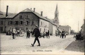 Ak Moosch Elsass Haut Rhin, Grande Rue, Straßenpartie in der Stadt, Passanten, Kirche