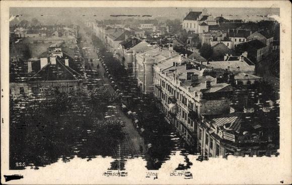 Ak Vilnius Wilno Wilna Litauen, Militärkonvoi beim Zug durch eine Straße, Vogelschau, I. WK