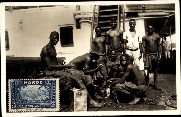 Foto Ak Marokko, Afrikaner beim Essen an Bord eines Schiffes