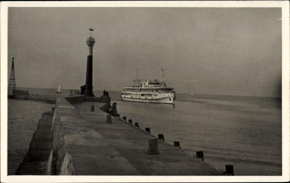 Foto Ak Fährschiff läuft im Hafen ein, Mole, Signalturm