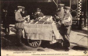 Ak Bruxelles Brüssel, Soldats allemands achetant des fruits, Deutsche Soldaten, Früchteverkäufer