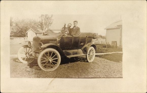 Foto Ak USA, Zwei Männer in einem Automobil, Oldtimer, Offenes Verdeck