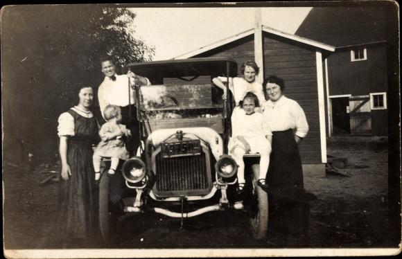 Foto Ak Familie steht an ihrem Automobil, Oldtimer, Kennzeichen 43750