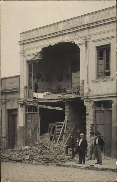 Foto Ak Portugal?, Zerstörte Fassade eines Wohnhauses nach einer Explosion, Anwohner
