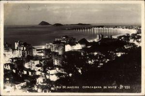 Ak Rio de Janeiro Brasilien, Copacabana de Noite, Nachtansicht der Stadt