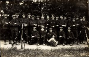 Foto Ak Schweizer Militär, Soldaten in Uniformen, Gewehre, Marschtrommel