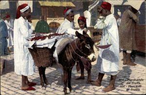 Ak Marchands de fruits, Fruchthändler auf dem Markt, Esel mit Körben, Waage