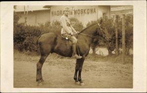 Foto Ak Russland, Junger russischer Soldat in Uniform auf einem Pferd, Trompete