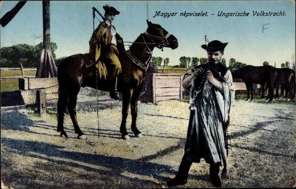 Ak Ungarische Volkstracht, Csikós, Pferdehirten in der Puszta, Peitsche, Pferde, Ziehbrunnen