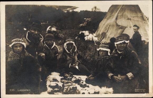 Ak Lappeleir, Lappenfamilie in Trachten vor ihrem Zelt, Pelze