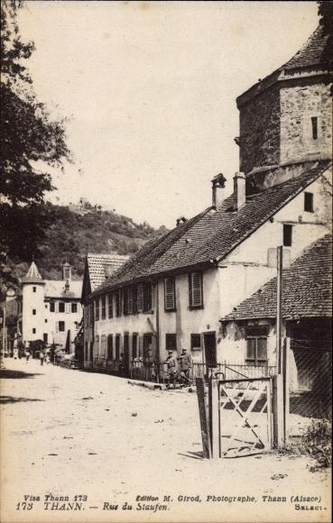Ak Thann Elsass Haut Rhin, Rue du Staufen, Straßenpartie im Ort