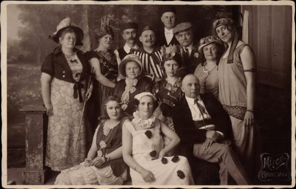Foto Ak Männer und Frauen in Faschingskostümen, Photograph Mäckel, Burgstädt