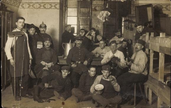 Foto Ak Deutsche Soldaten in der Schlafstube, Uniformen, Pickelhaube, Besen
