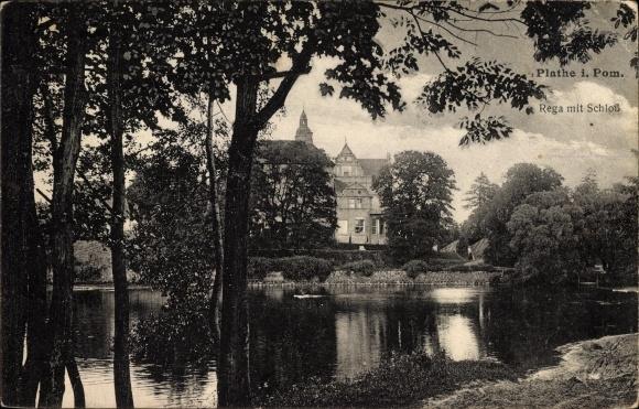 Ak Płoty Plathe Pommern, Partie an der Rega mit Blick auf Schloss