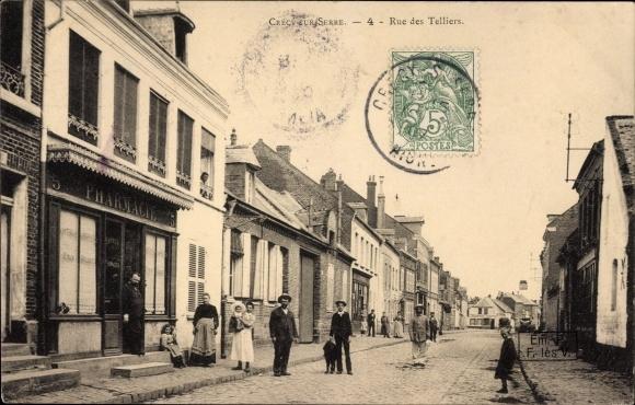 Ak Crécy sur Serre Aisne, Rue des Telliers, Pharmacie, Straßenpartie in der Stadt