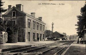 Ak Vivonne Vienne, La Gare, Bahnhof von der Gleisseite, Bahnsteig