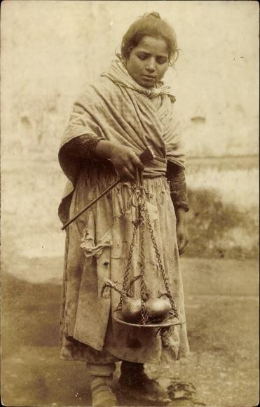Foto Ak Mädchen auf dem Markt, Waage mit Zwiebeln, Händlerin