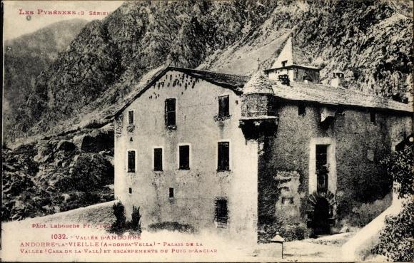 Ak Andorra la Vella Andorra, Palais de la Vallee, Casa de la Vall, Escarpements du Puig D'Anclar