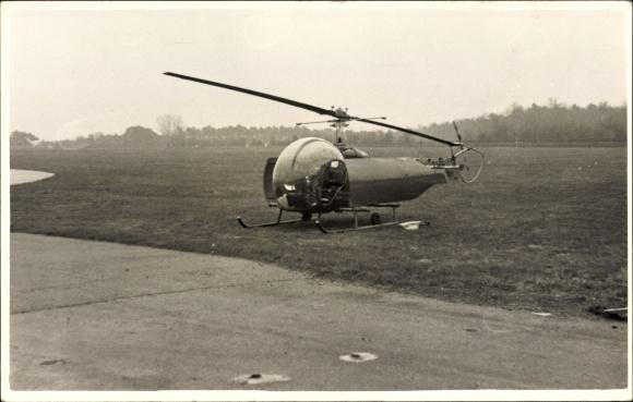 Foto Ak Hubschrauber auf einem Feld, Helicopter