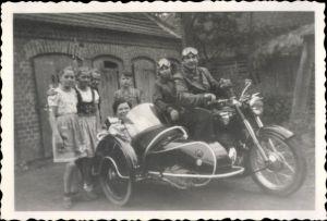 Foto Motorradgespann, Motorrad mit Beiwagen, Fahrer in Fahrerbrille, Beifahrer