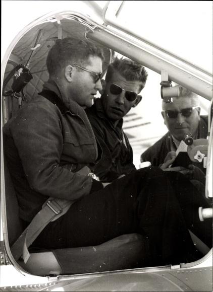 Foto Piloten sitzen in einem Dornier Flugzeug, Besprechung